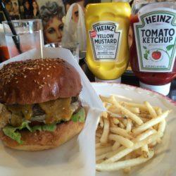 豊中市ニックアンドレネイのハンバーガーはずっと混んでる!
