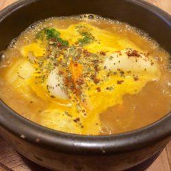 豊中で人気の薬膳石鍋スープカレー「Spice&Sweets KAJU」が梅田に!